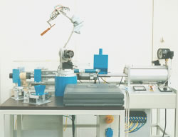 Manufacturing cell with injection moulding machine and robot